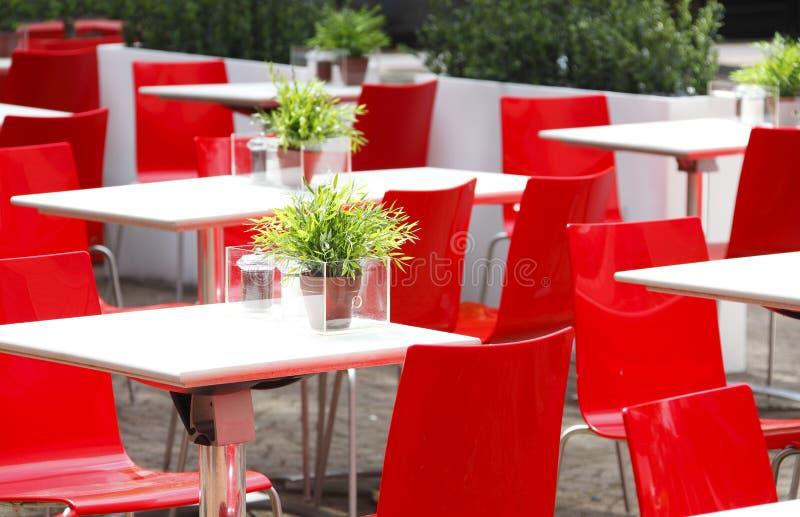 Rot sitzt Kaffee vor lizenzfreie stockfotos