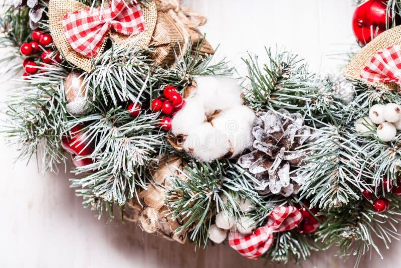Rot-und der weißen Weihnacht Kranz lizenzfreie stockfotografie