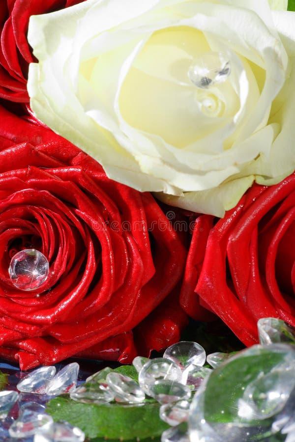 Rot- und Gelbrose mit Bergkristallen lizenzfreies stockbild