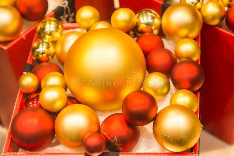 Rot- und Goldweihnachtsflitter stockbilder
