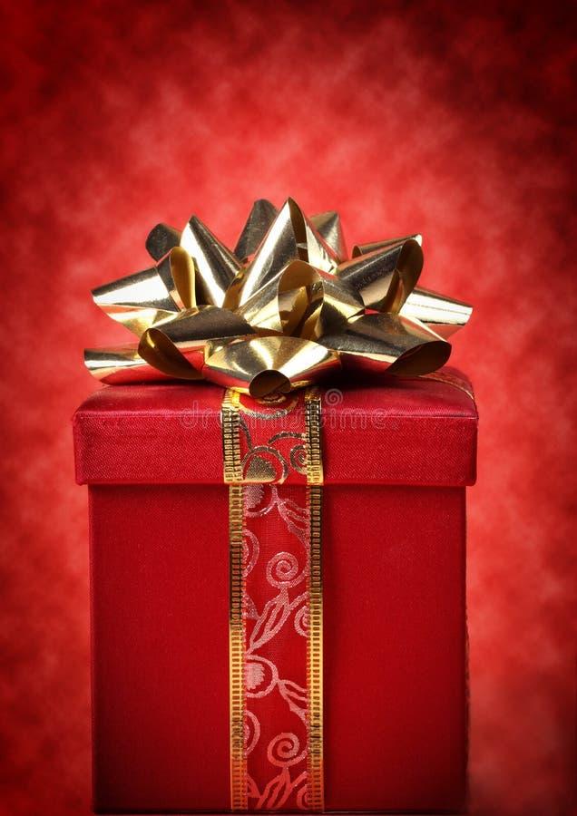 Rot und Goldweihnachtsgeschenk stockbild