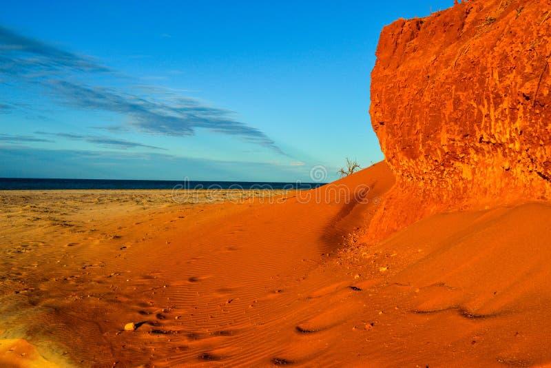 Rot und mit gelbem Sand lizenzfreie stockfotos