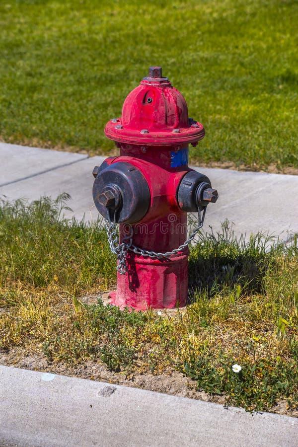 Rot verwitterter Hydrant in der Sonne stockfoto