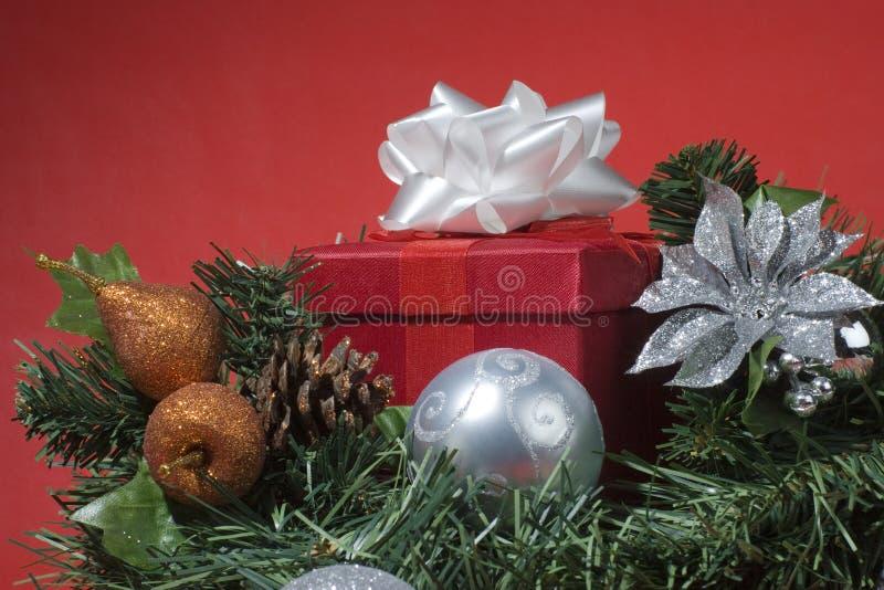Rot vorhanden auf einem Weihnachtsbaum stockbilder