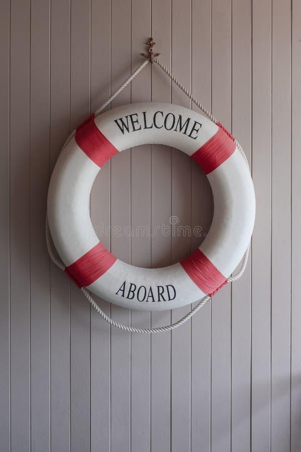 Rot-weißer Rettungsring, Sicherheitstorus auf hölzernem Brett lizenzfreies stockbild