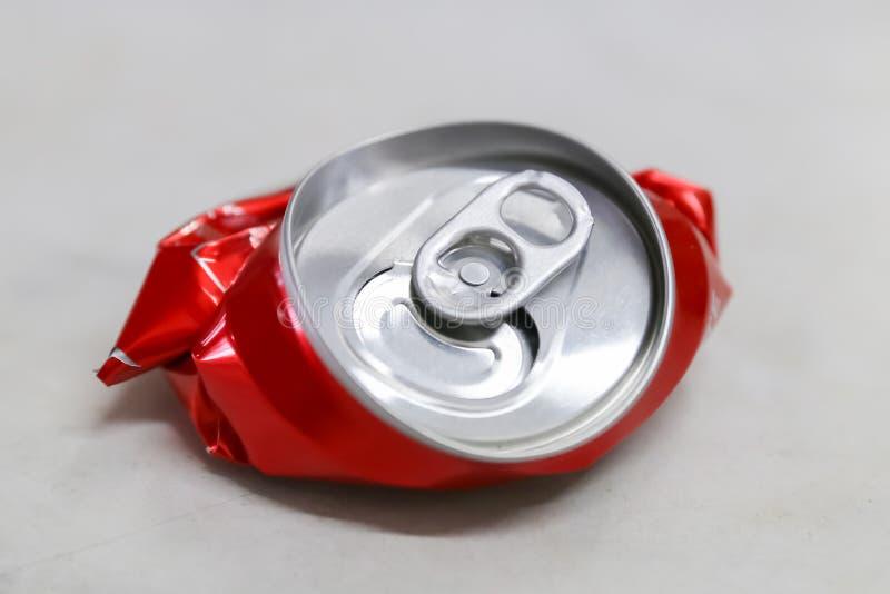 Rot zerquetschte Getränkedose lizenzfreies stockfoto