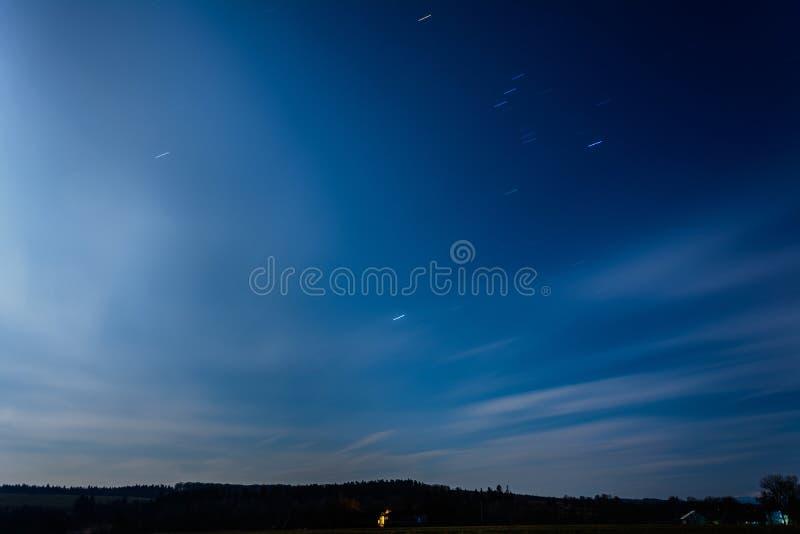 A rotação da terra é claramente visível no céu noturno no ucraniano imagem de stock royalty free