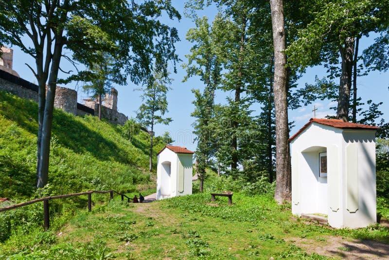 Rota do calvário, ruínas do castelo gótico medieval Potstejn, república checa fotos de stock royalty free
