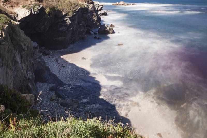 A rota dos pescadores, costa do Alentejo no sudoeste Portugal, com suas formações de rocha e águas transparentes imagem de stock royalty free