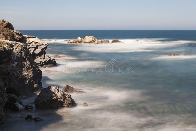 Rota dos pescadores, situada no sudoeste de Portugal, com seus formações de rocha e mar cristalino imagens de stock royalty free