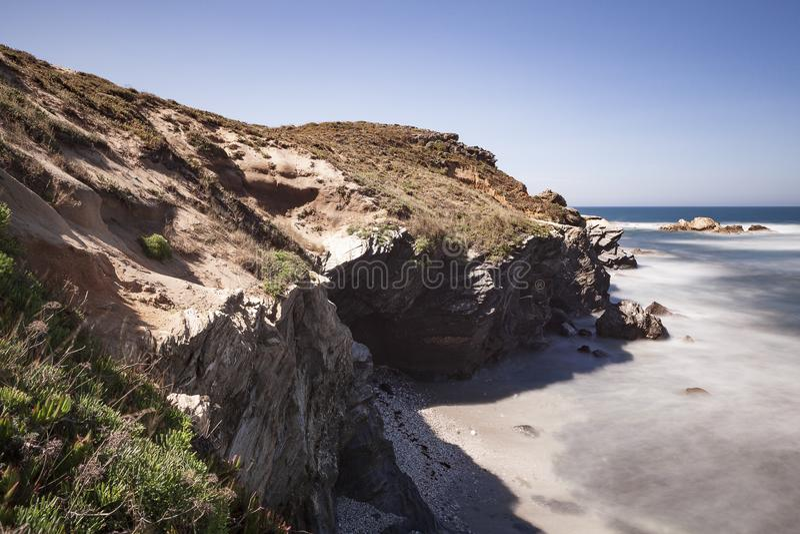 Rota dos pescadores, situada no sudoeste de Portugal, com seus formações de rocha e mar cristalino imagem de stock