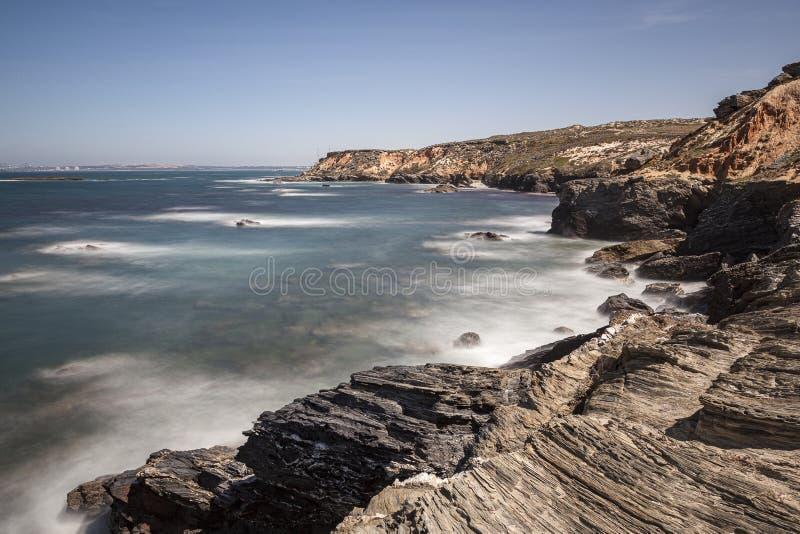 Rota dos pescadores, situada no sudoeste de Portugal, com seus formações de rocha e mar cristalino fotografia de stock
