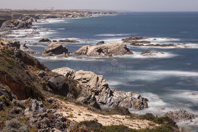 Rota dos pescadores, situada no sudoeste de Portugal, com seus formações de rocha e mar cristalino fotos de stock royalty free