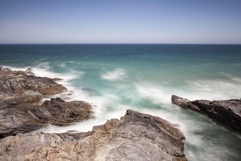 Rota dos pescadores, situada no sudoeste de Portugal, com seus formações de rocha e mar cristalino fotografia de stock royalty free
