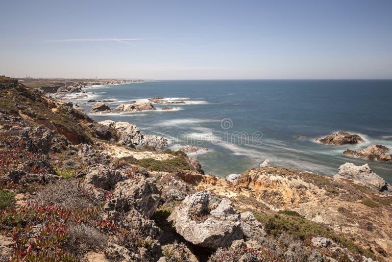 Rota dos pescadores, situada no sudoeste de Portugal, com seus formações de rocha e mar cristalino fotos de stock