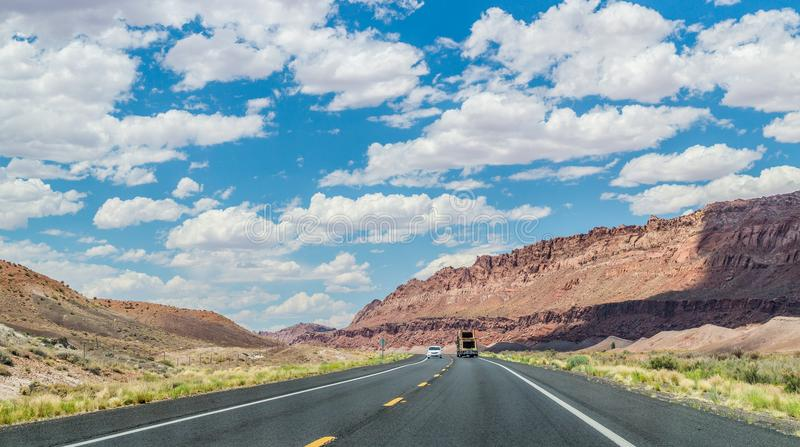 Rota histórica 66 Carros e paisagem do deserto em Arisona imagens de stock