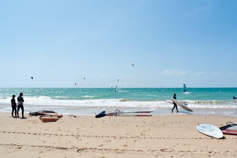 Rota plaża i kania surfingowowie, Andalucia, Hiszpania obraz royalty free
