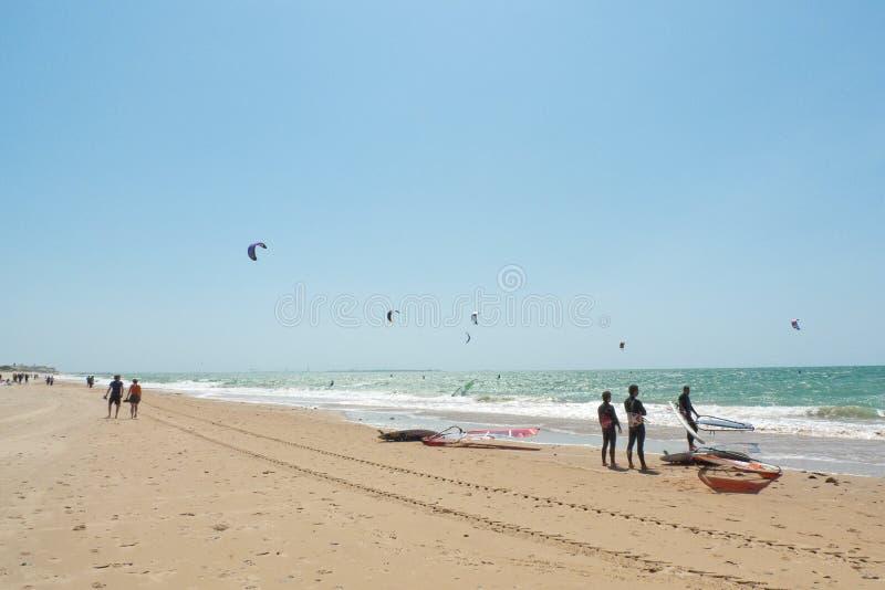 Rota plaża i kania surfingowowie, Andalucia, Hiszpania fotografia royalty free