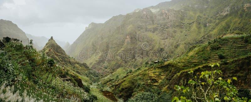 Rota Trekking ao vale de Xo-Xo Picos ásperos e paredes imensas da montanha em torno da ravina Moradias locais construídas sobre foto de stock