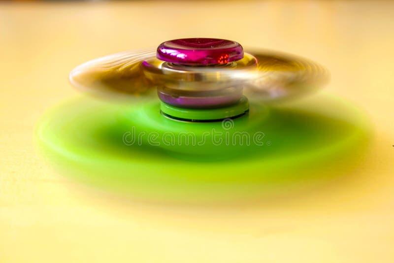 Rotación del hilandero rojo y verde imagen de archivo libre de regalías