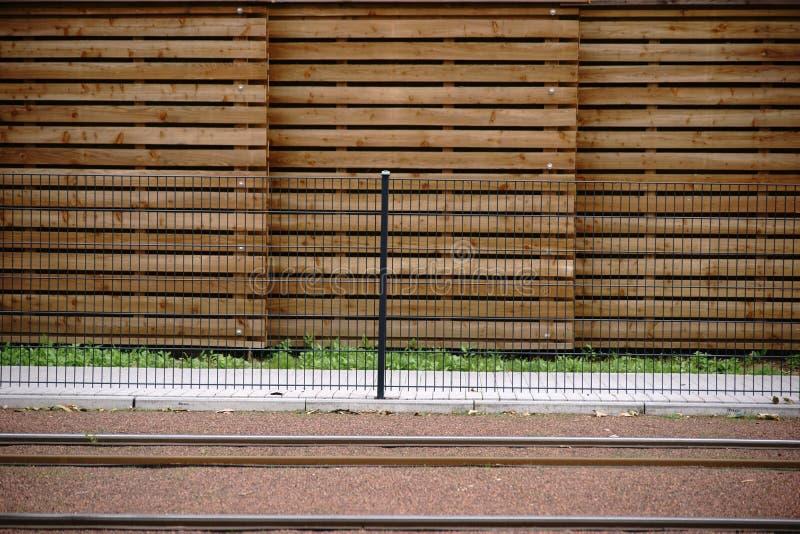 Rotaie davanti al recinto di legno fotografia stock libera da diritti