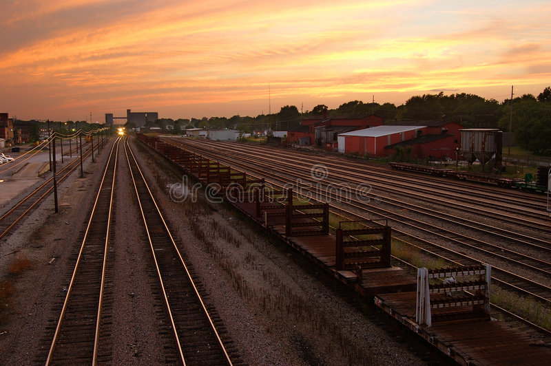 Download Rotaie di tramonto fotografia stock. Immagine di treni - 210576