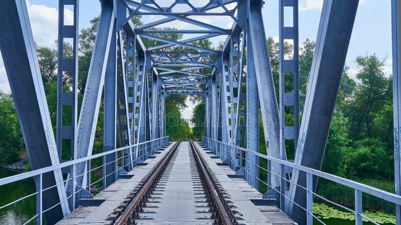 Rotaie ed elementi ferroviari del ponte fotografie stock libere da diritti