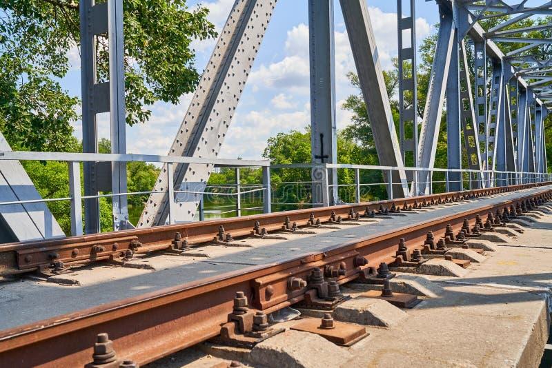 Rotaie ed elementi ferroviari del ponte fotografia stock