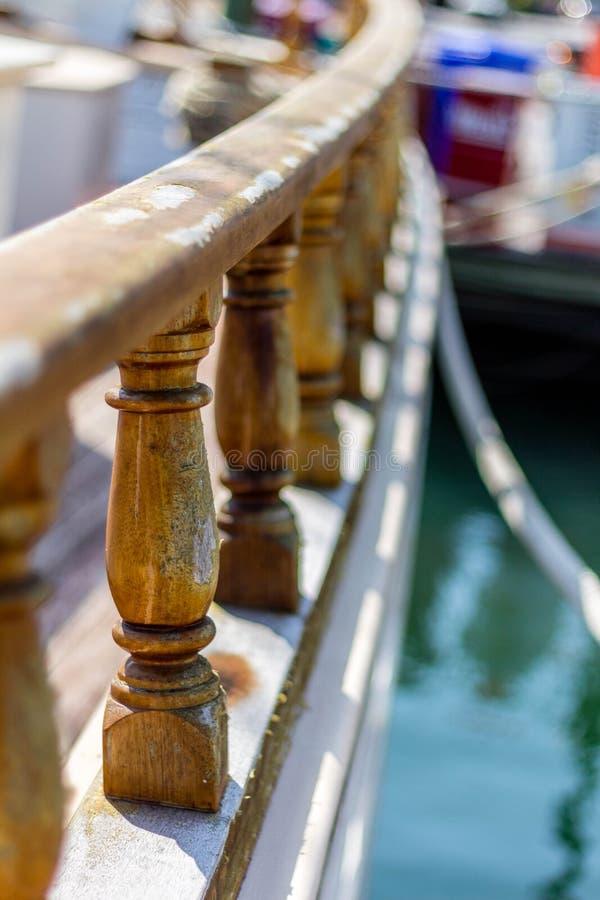 Rotaie fuori della barca a vela fotografie stock