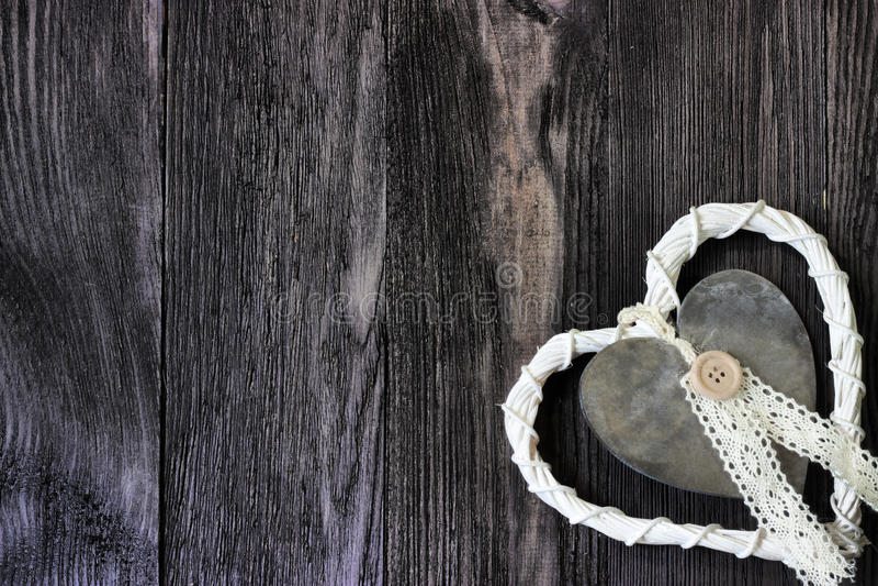 Rotan en metaalhart op donker hout royalty-vrije stock foto