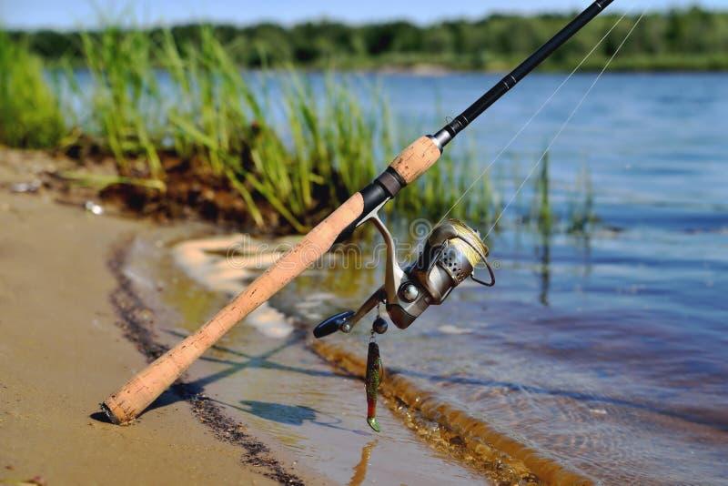 Rotation sur la banque de la ligne de pêche en eau douce amorce de silicone dessus photos stock