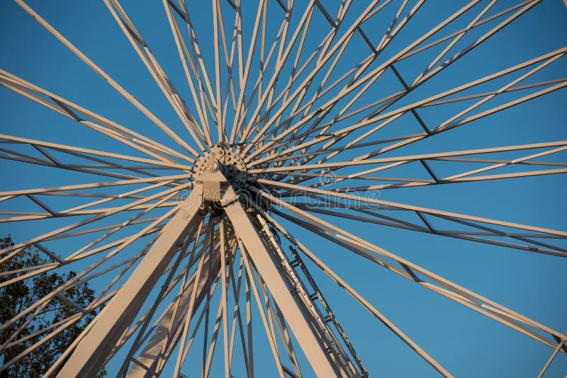 Rotazioni del ferro di una ruota gigante fotografie stock libere da diritti