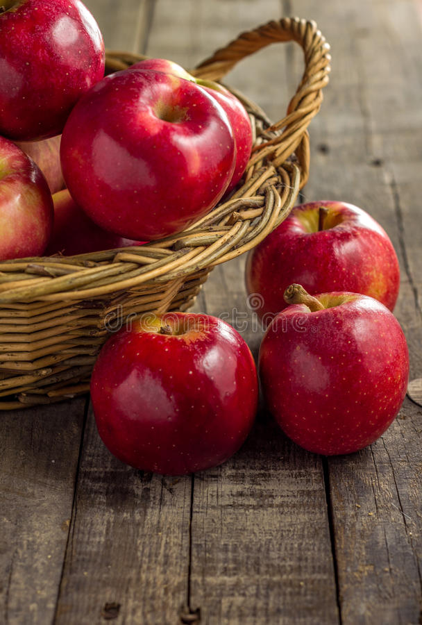 Rote Äpfel auf Picknickkorb stockfotografie
