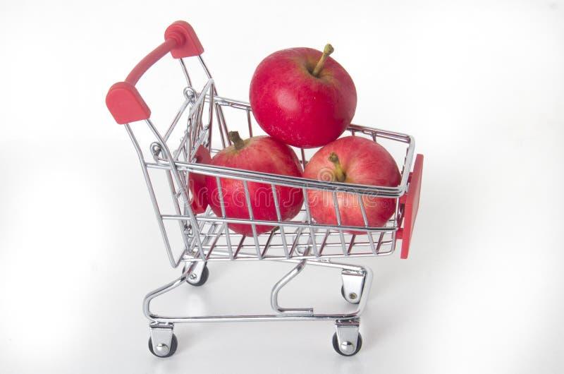 Rote Äpfel im Lebensmittelkorb lizenzfreies stockfoto