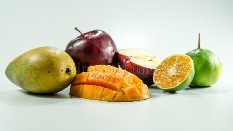 Rote Äpfel Mango-Tangerinen auf weißem Hintergrund stockfotografie