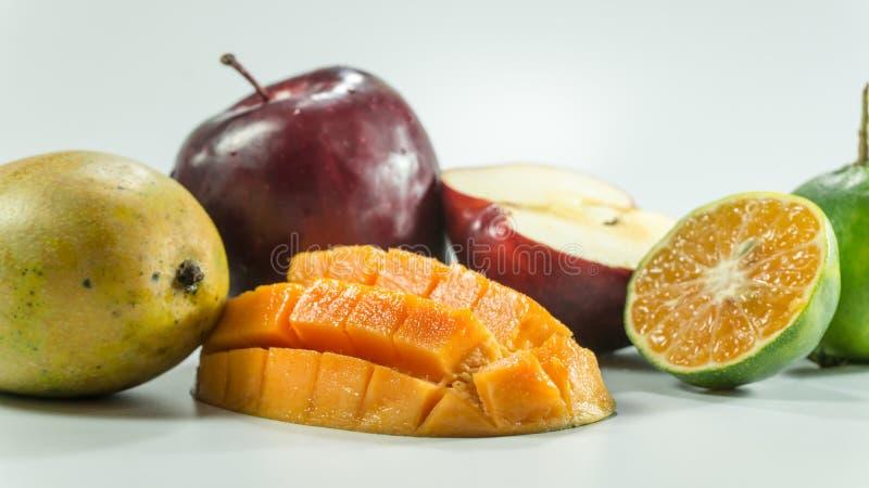 Rote Äpfel Mango-Tangerinen auf weißem Hintergrund lizenzfreie stockbilder