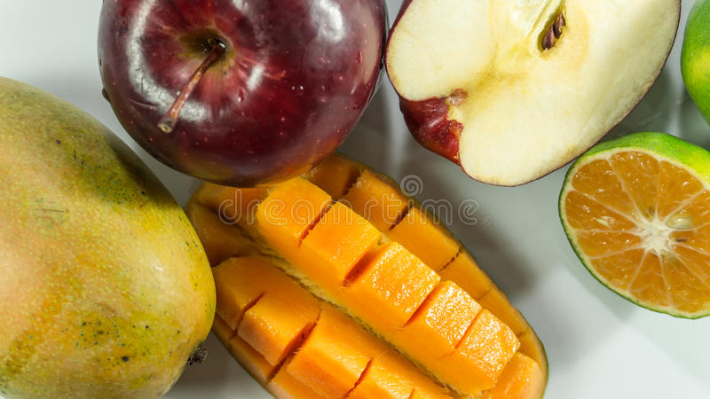 Rote Äpfel Mango-Tangerinen auf weißem Hintergrund stockfoto