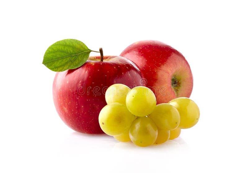 Rote Äpfel mit dem Traubenbündel lokalisiert auf weißem Hintergrund stockbilder