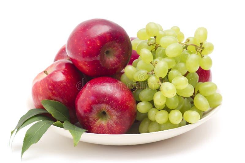 Rote Äpfel und grüne Trauben stockbild