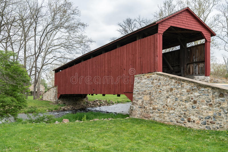 Rote abgedeckte Brücke lizenzfreie stockfotografie