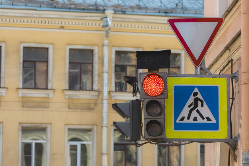 Rote Ampel in der Stadtstra?e lizenzfreie stockfotografie