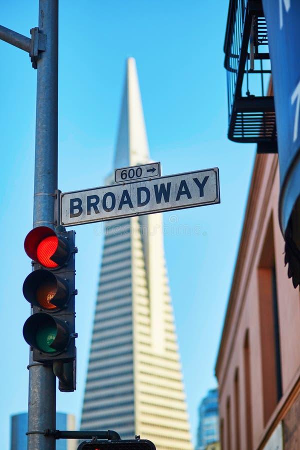 Rote Ampel und Broadway-Straßenschild in San Francisco lizenzfreies stockfoto