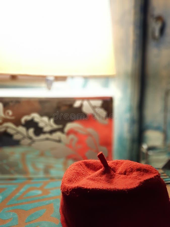 Rote annehmbare helle Kappe des Hutes lizenzfreie stockfotografie
