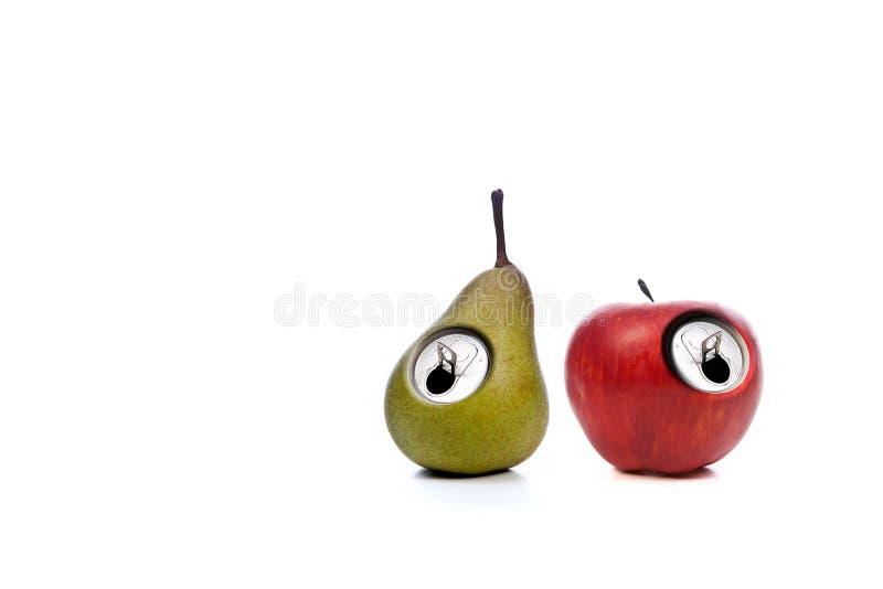 Rote Apfel- und Grünbirne getrennt auf Weiß stockfoto