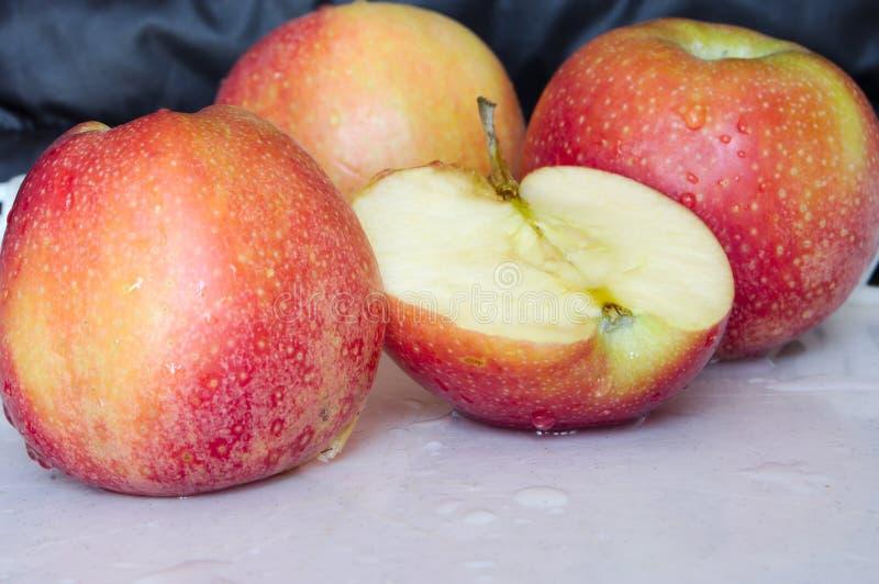 rote Apfelspalte zur Hälfte lizenzfreies stockbild