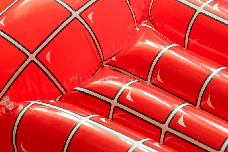 Rote aufblasbare sich hin- und herbewegende Matratze genommene Nahaufnahme als Hintergrund lizenzfreie stockbilder
