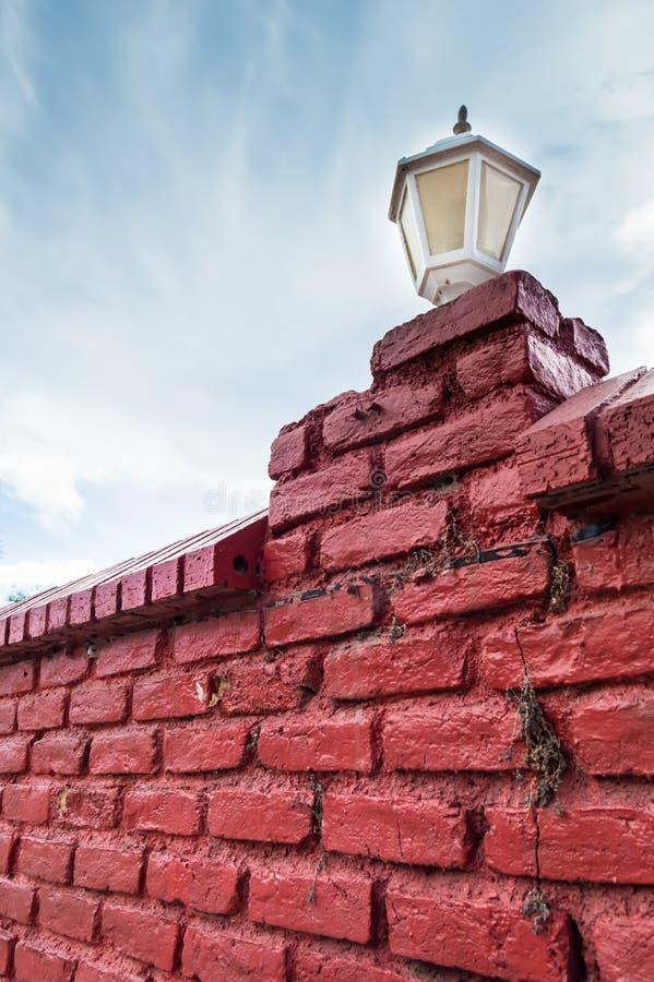 Rote Backsteinmauer mit Lampe stockfoto