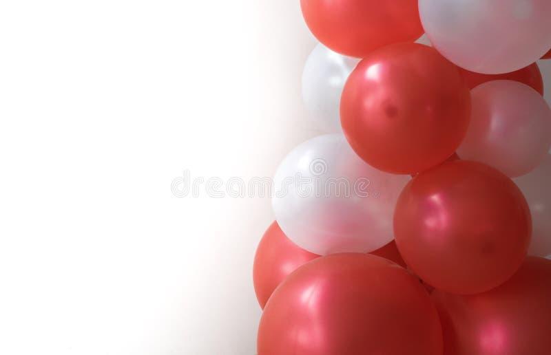 Rote Ballone auf dem weißen Hintergrund benutzt für Karneval lizenzfreies stockbild