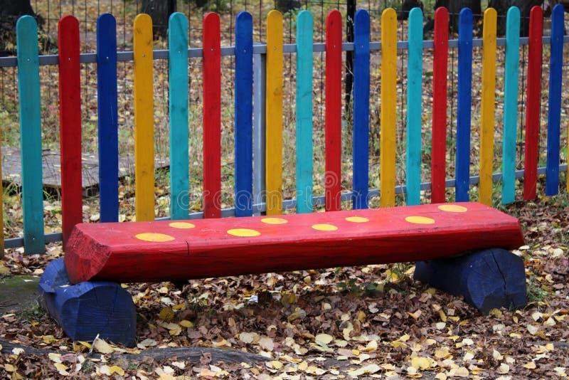 Rote Bank für Kinder im Park stockbild