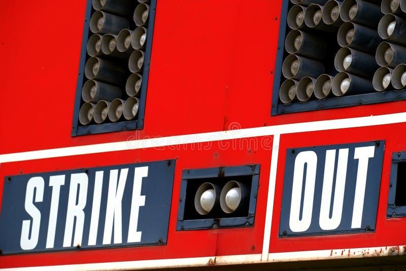 Rote Baseball-Anzeigetafel für Spiel mit Himmel lizenzfreies stockfoto